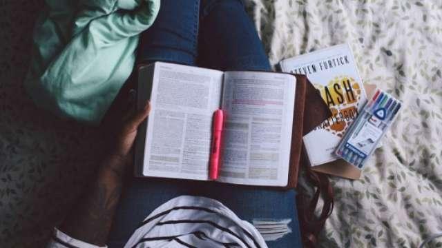 Έξυπνοι τρόποι για να συγκεντρωθείς στο διάβασμα